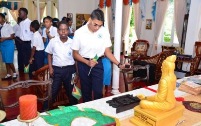 Students tour Prime Minister's Residence