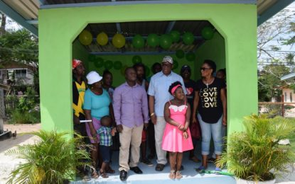 Min. Jordan commissions bus sheds in Wismar
