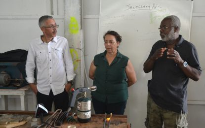 Min. Gaskin shares business knowledge with students