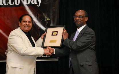 Prime Minister receives No Tobacco Day Award on behalf of Health Ministry