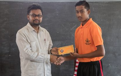City Mayor donates to Valmiki Vidyalaya sports society