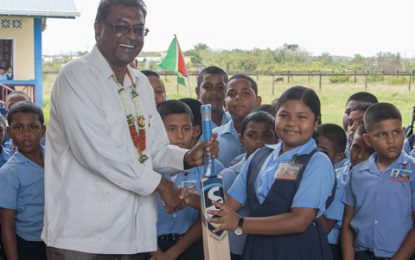 Belle West Primary gets cricket gear