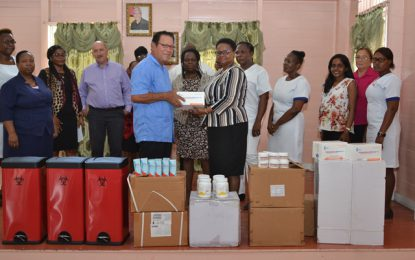 Palms Geriatric Home receives donation from Public Health Ministry